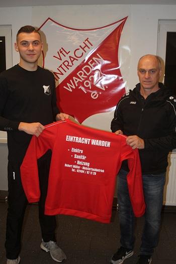 Spielführer Kilian Semerau bedankt sich bei Hubert Müller dem Sponsor der neuen Präsentationsanzüge